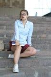 Студент девушки с книгами в ее руке Стоковое Изображение RF