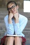 Студент девушки с книгами в ее руке Стоковые Фото