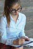 Студент девушки с книгами в ее руке Стоковая Фотография
