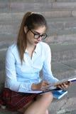 Студент девушки с книгами в ее руке Стоковое Изображение