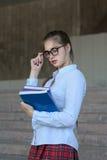 Студент девушки с книгами в ее руке Стоковая Фотография RF