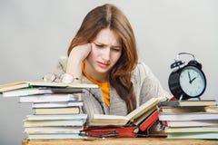 Студент девушки с книгами чтения стекел Стоковое Изображение RF