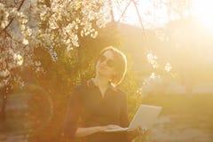 Студент девушки с компьтер-книжкой в парке Мечтать Стоковое Изображение RF