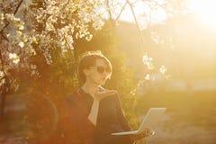 Студент девушки с компьтер-книжкой в парке Поцелуй Стоковая Фотография