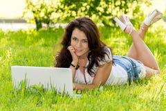 Студент девушки с компьтер-книжкой в парке Стоковая Фотография RF