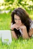 Студент девушки с компьтер-книжкой в парке Стоковые Фотографии RF
