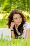 Студент девушки с компьтер-книжкой в парке Стоковое фото RF