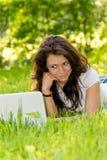 Студент девушки с компьтер-книжкой в парке Стоковое Фото