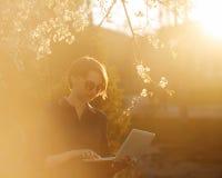 Студент девушки с компьтер-книжкой в парке Стоковые Изображения RF