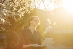 Студент девушки с компьтер-книжкой в парке Стоковые Фото