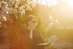 Студент девушки с компьтер-книжкой в парке I сотрясенное ` m Стоковая Фотография RF