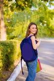 Студент девушки с рюкзаком в парке Стоковое Изображение RF