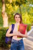 Студент девушки с рюкзаком в парке Стоковое Изображение