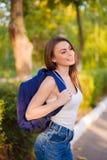 Студент девушки с рюкзаком в парке Стоковая Фотография