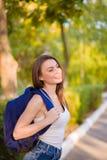Студент девушки с рюкзаком в парке Стоковые Фотографии RF