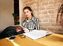 Студент девушки с таблеткой на образовании таблицы дома Стоковые Изображения