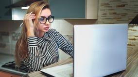 Студент девушки думая и смотря компьтер-книжка Стоковое фото RF