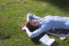 Студент девушки уча на траве в образовании парка, само- Стоковое Изображение RF