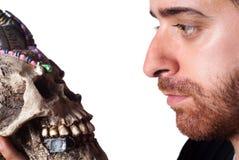 Студент держа череп Стоковая Фотография