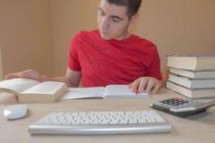 Студент делая ее домашнюю работу Концепция образования - книги на столе в аудитории Изучать людей Стоковые Фотографии RF