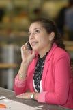 Студент зноня по телефону в лаборатории дизайна Стоковые Фотографии RF