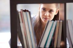 Студент изучая в библиотеке Стоковое фото RF