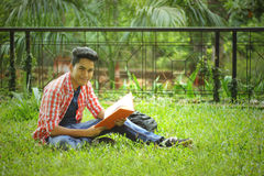 Студент изучая в кампусе коллежа Стоковая Фотография RF