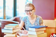 Студент изучая или подготавливая для экзаменов стоковая фотография rf