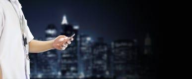 Студент используя мобильный телефон в предпосылке горизонта Стоковые Фото