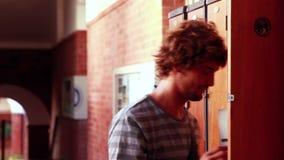 Студент идя к и раскрывая его шкафчик Стоковые Фото