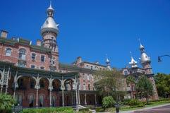 Студент идя на кампус университета Тампа в Тампа Стоковая Фотография