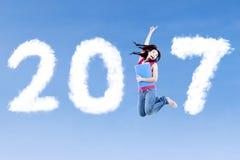 Студент колледжа скача с 2017 Стоковые Изображения RF