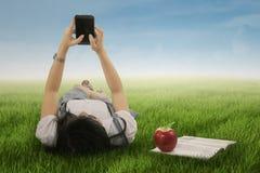 Студент крупного плана отправляя СМС на smartphone стоковое фото rf