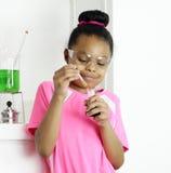Студент пробует подготовленную смесь Стоковое Изображение