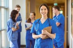 Студент-медик усмехаясь на камере Стоковые Изображения