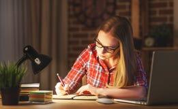 Студент молодой женщины работая на компьютере на ноче Стоковое фото RF