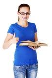 Студент молодой женщины с книгой. Стоковое Изображение RF