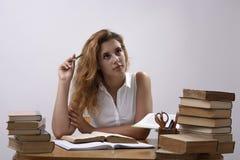 Студент на столе с книгами Стоковая Фотография RF
