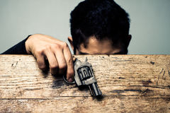 Студент на столе школы с деталью оружия Стоковые Изображения RF