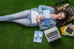 Студент ослабляя на траве стоковые изображения rf