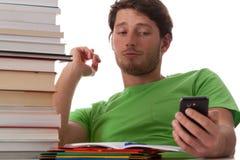 Студент отправляя СМС к его любовнику стоковая фотография rf