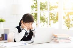Студент потревоженный и стресс подростка изучая с компьтер-книжкой Стоковая Фотография RF