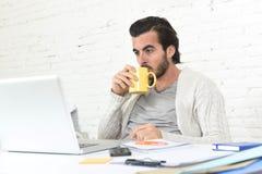 Студент подготавливая проект университета или бизнесмен фрилансера стиля битника работая с компьтер-книжкой Стоковая Фотография RF
