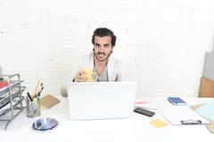 Студент подготавливая проект университета или бизнесмен фрилансера стиля битника работая с компьтер-книжкой Стоковое Фото