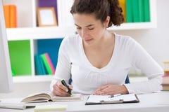 Студент подростка делая домашнюю работу Стоковое фото RF