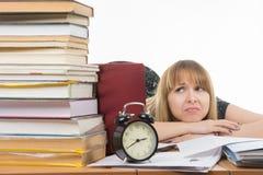 Студент при отчаяние смотря большой стог книг стоковая фотография rf