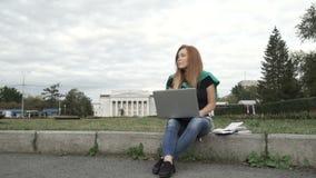 Студент работает на компьютере акции видеоматериалы