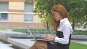 Студент работая на портативном компьютере на террасе, чашке кофе конец вверх видеоматериал