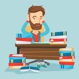 Студент сидя на таблице с кучами книг Стоковые Изображения