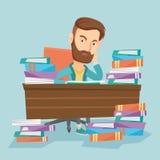 Студент сидя на таблице с кучами книг Стоковая Фотография